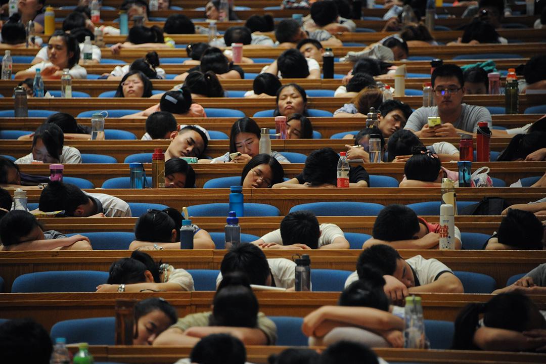 2015年7月29日中國山東省濟南市,研究生申請者在禮堂內小睡。