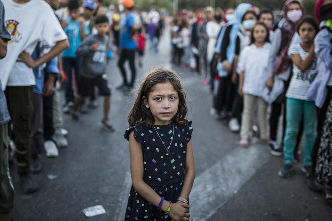 2020年9月10日,一個女孩在被燒毀的莫里亞難民營附近排隊買飯。