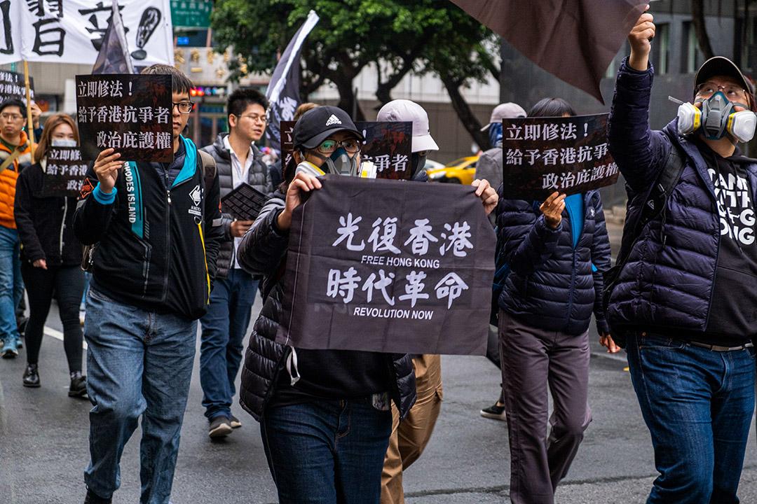 2020年1月19日台北,一名婦女舉著標語牌,支持香港示威者,並希望台灣政府給予香港抗爭者政治庇護。