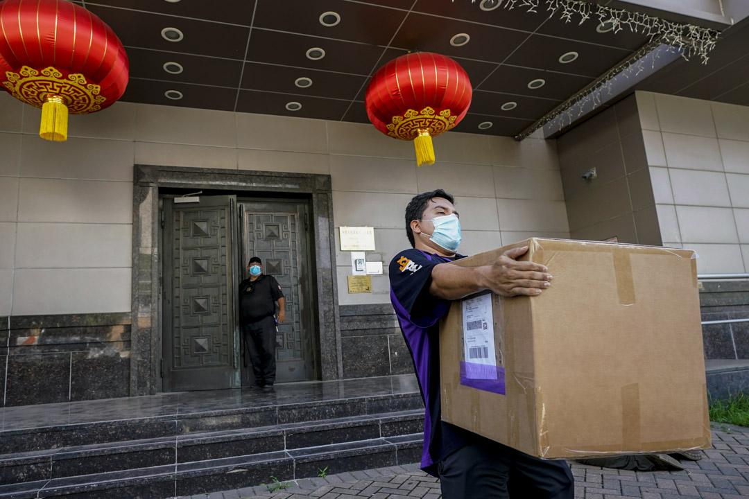2020年7月23日,聯邦快遞一名員工在休斯頓中國領事館搬走一個紙箱。 攝:David J. Phillip/AP/達志影像