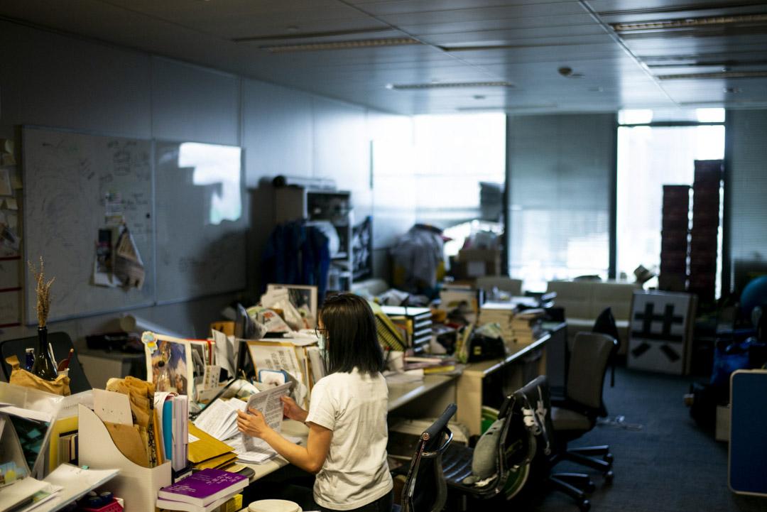 「解悶工廠」位於立法會議員朱凱廸的辦事處,義工正協力製作資訊包。