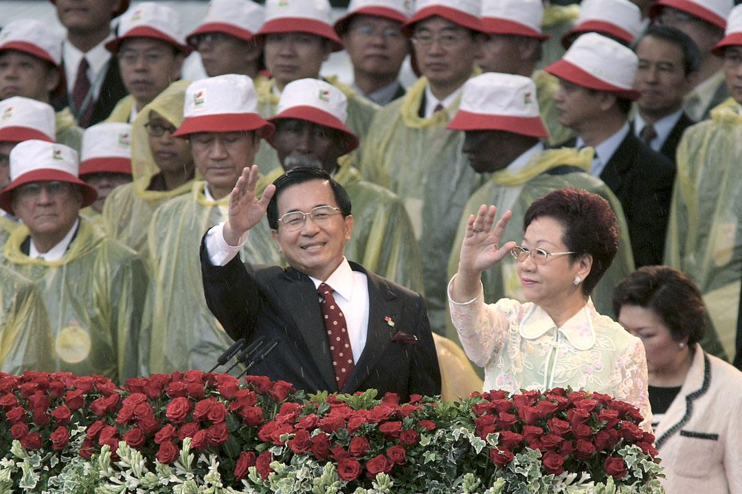 2004年5月20日台灣,總統陳水扁(左)和副總統呂秀蓮(右)在台北的總統府舉行就職典禮。