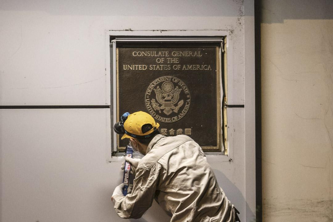 2020年7月26日,一名工人清理美國駐成都總領事館的牌匾。