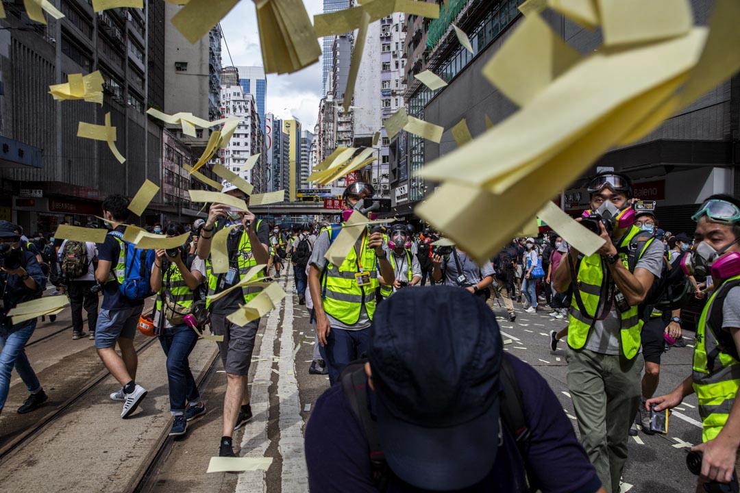 2020年7月1日香港灣仔,記者在街頭跟隨示威者拍攝。 攝:林振東/端傳媒