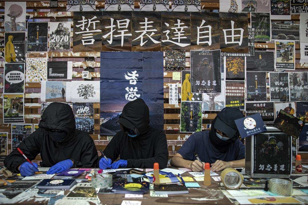 2020年9月22日,香港大學內有學生在收集心意咭,希望於中秋節寄往深圳鹽田區看守所,聲援於內地在囚的12位香港人。