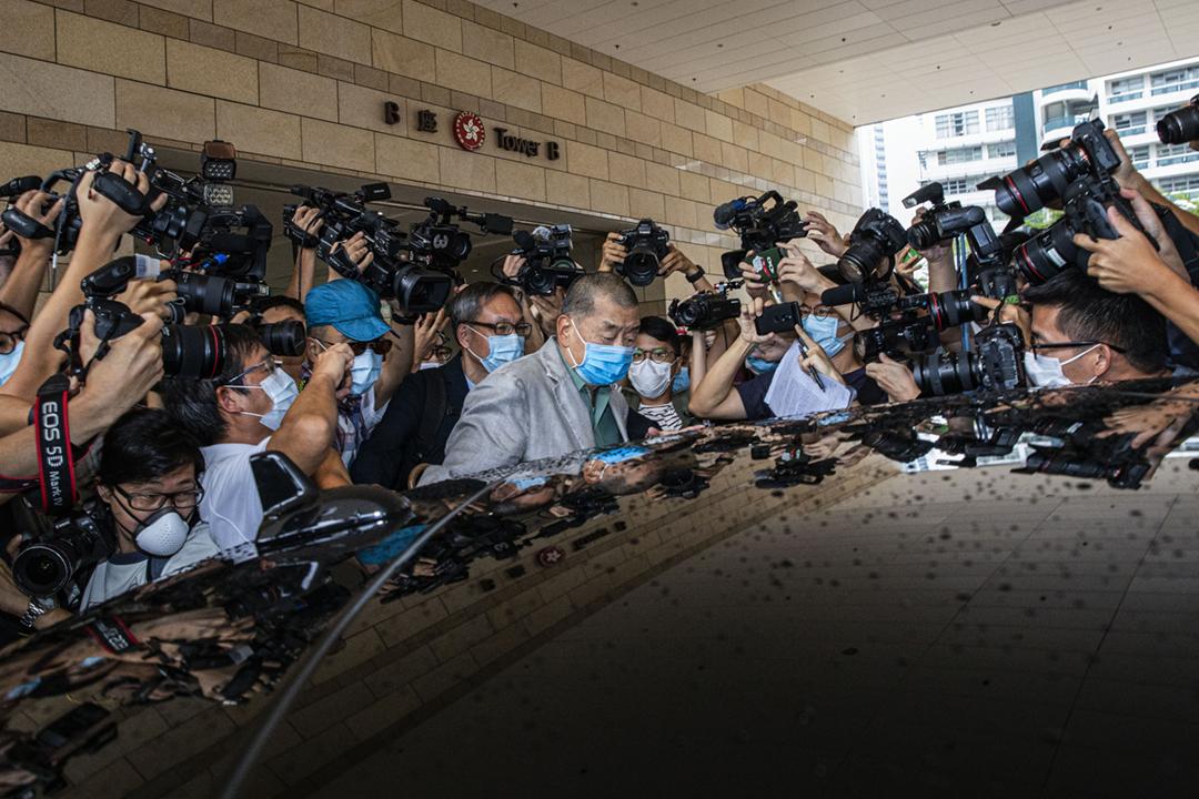 2020年9月3日,被控一項刑事恐嚇罪的壹傳媒創辦人黎智英獲裁定罪名不成立,他離開法院時被傳媒追訪,但沒有回應提問。 攝:陳焯煇 / 端傳媒