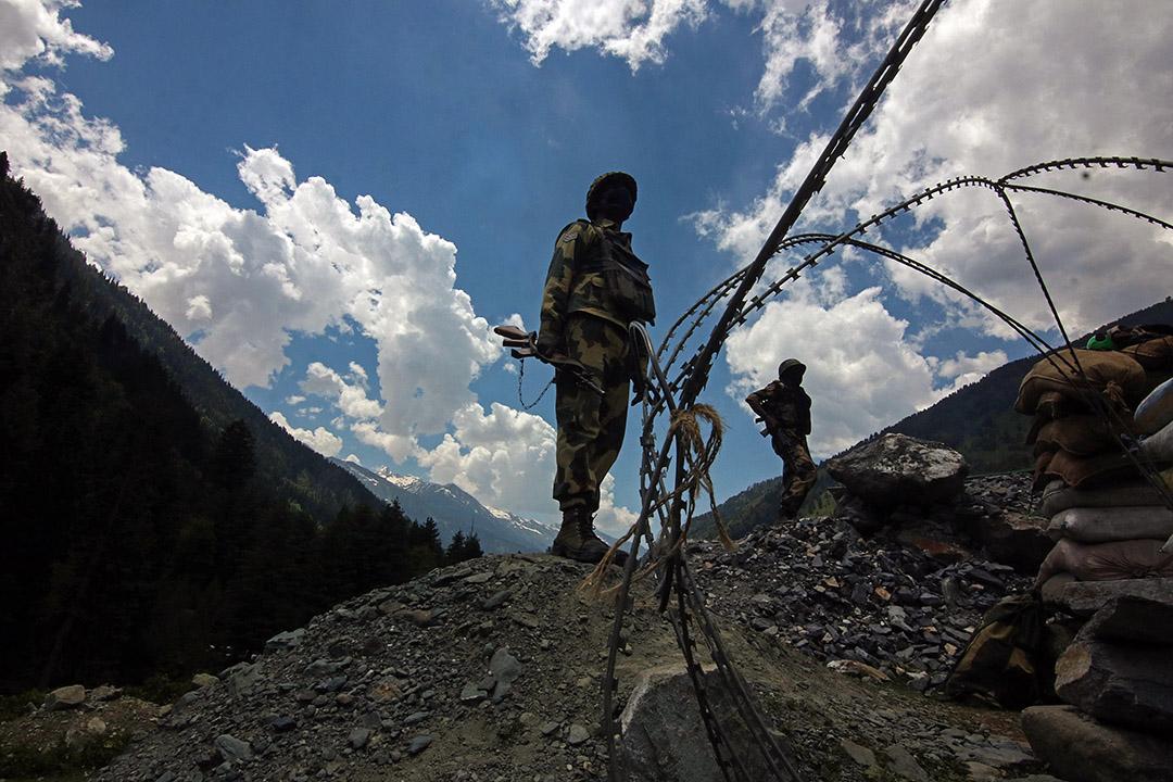 2020年6月17日印度喀什米爾邦,印度邊境士兵在斯利那加列城國家公路沿線站崗。 攝:Faisal Khan/Anadolu Agency via Getty Images