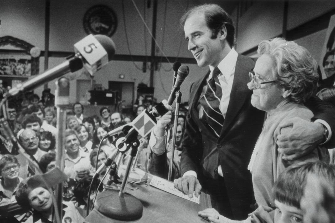 1978年11月7日,拜登和他的母親在台上慶祝再次連任參議員,並向追隨者致辭。