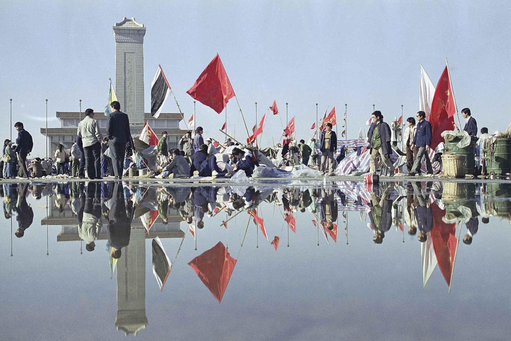 1989年5月24日,傾盆大雨後的早上,北京天安門廣場的學生繼續留守。  攝:Mark Avery/AP/達志影像