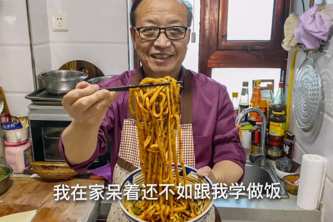 長者網紅陝西老喬在網上直播製作一碗油潑麵。 網上圖片