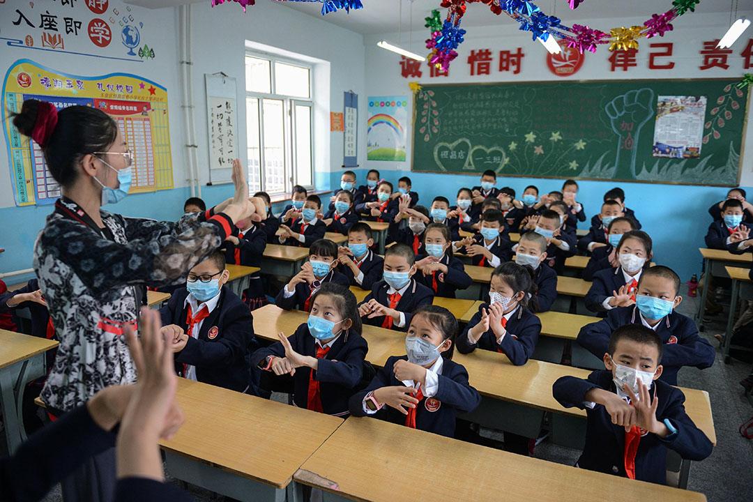 2020年5月7日呼和浩特,戴著口罩的學生在小學內上課。 攝:Liu Wenhua/China News Service via Getty Images
