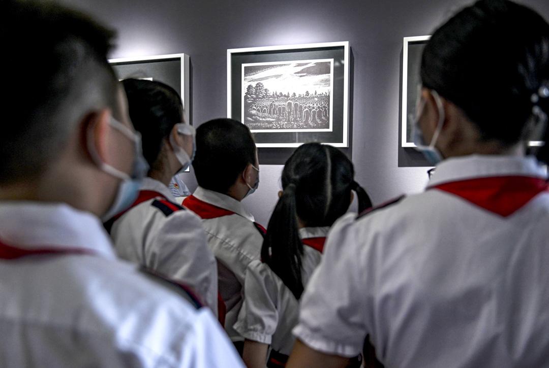 2020年9月3日,學生們在廣州市兒童圖書館參觀一場關於抗日戰爭的展覽,以紀念第二次世界大戰結束75週年。 攝:Chen Jimin/China News Service via Getty Images