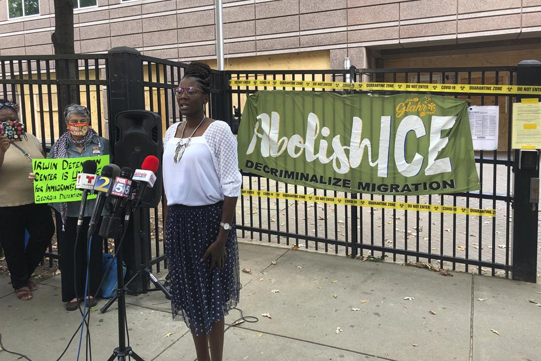 2020年9月15日,美國佐治亞州艾雲郡拘留中心前僱員伍騰(Dawn Wooten)召開記者會,解釋她對拘留中心提出的控訴。 攝:Jeff Amy / Associated Press