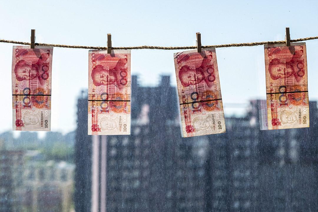 2015年8月21日北京,垂懸在窗前的人民幣鈔票。 攝:Zhang Peng/LightRocket via Getty Images