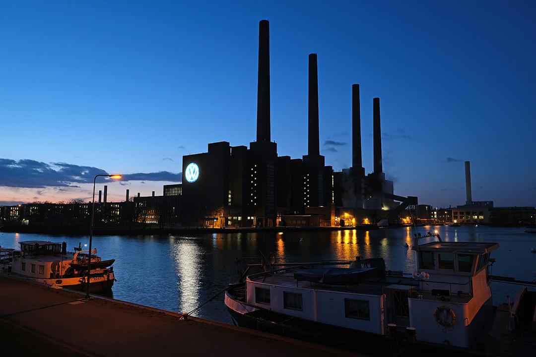 2019年3月5日德國沃爾夫斯堡,大眾汽車徽標於工廠外懸掛。