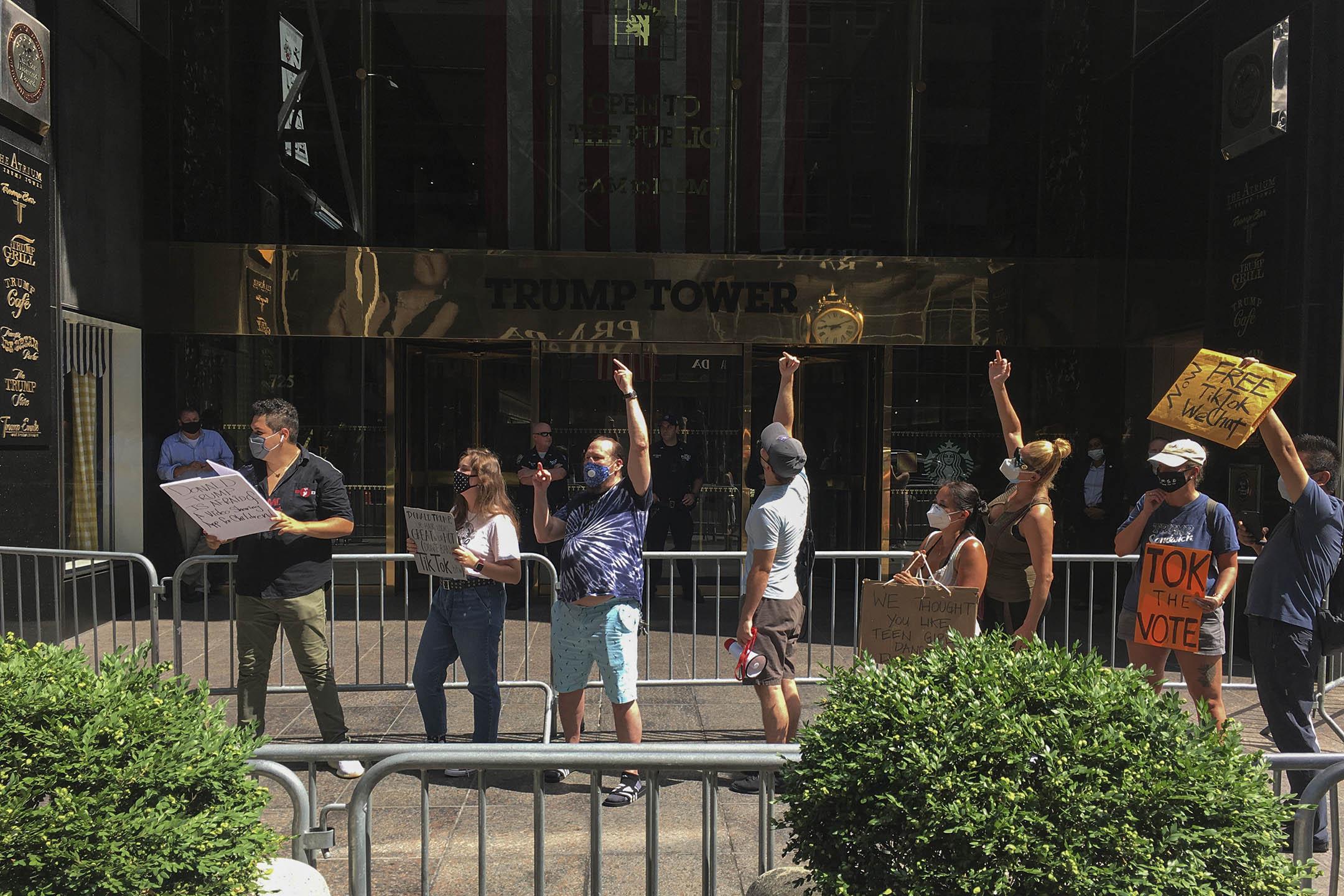 2020年9月18日,Tik Tok的積極分子和喜劇演員Walter Masterson在曼哈頓的Trump Tower外組織了一場抗議活動,反對特朗普早前頒布有關微信的禁令。 圖:AP/達志影像
