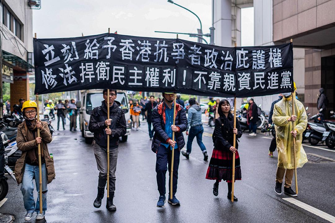2020年1月19日,示威者在遊行中舉著橫幅,呼籲進行法律修正,要求台灣政府向香港人提供政治庇護。  攝:Walid Berrazeg/SOPA Images/LightRocket via Getty Images