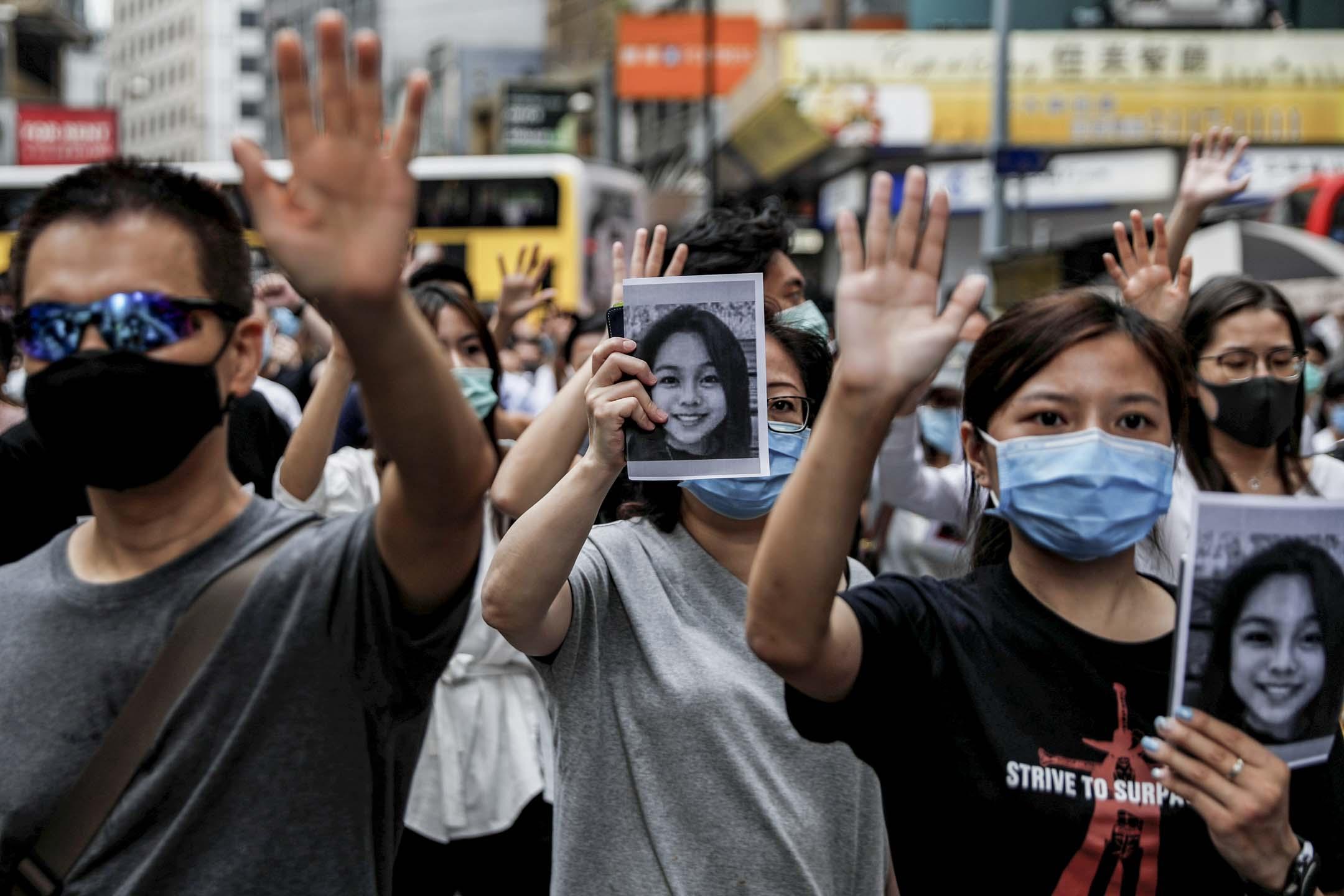 2019年10月18日,示威者舉起已去世的陳彥霖照片遊行。