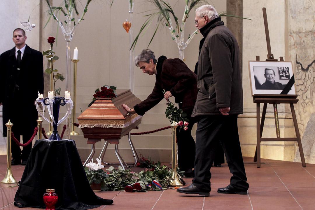 2011年12月19日,悼念者向已去世的前捷克總統哈維爾致以最後的敬意。