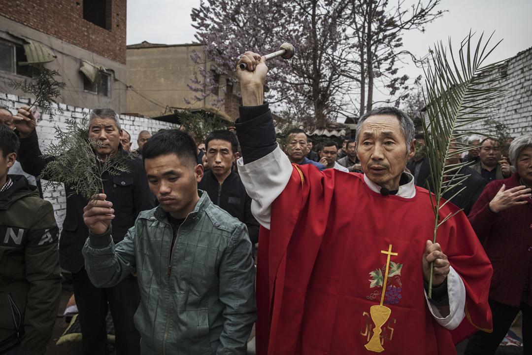 2017年4月9日在中國河北省石家莊市,一個天主教「地下教會」正進行棕枝主日活動。 攝:Kevin Frayer / Getty Images