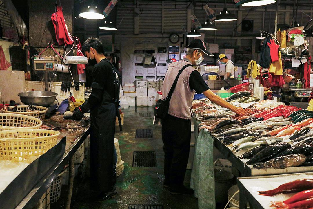 2020年5月7日,台北的魚市場上顧客在買魚。