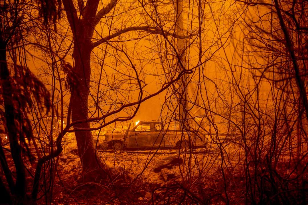 2020年9月9日,一輛被焦燒的汽車在加州山火現場。