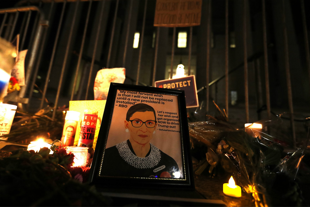 2020年9月19日,美國華盛頓特區,民眾在最高法院外悼念金斯伯格(Ruth Bader Ginsburg)。 攝:John Lamparski/Getty Images