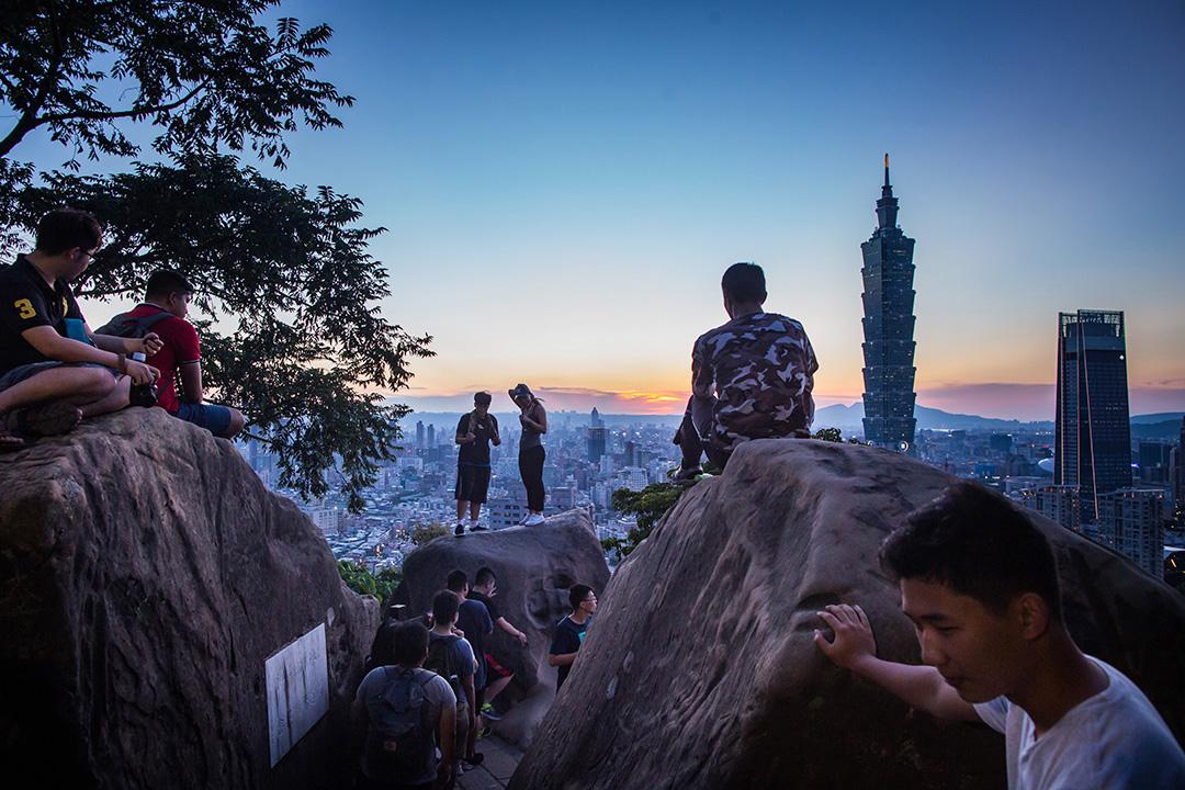 2018年8月7日,遊人在台北象山拍照留念。 攝:陳焯煇/端傳媒