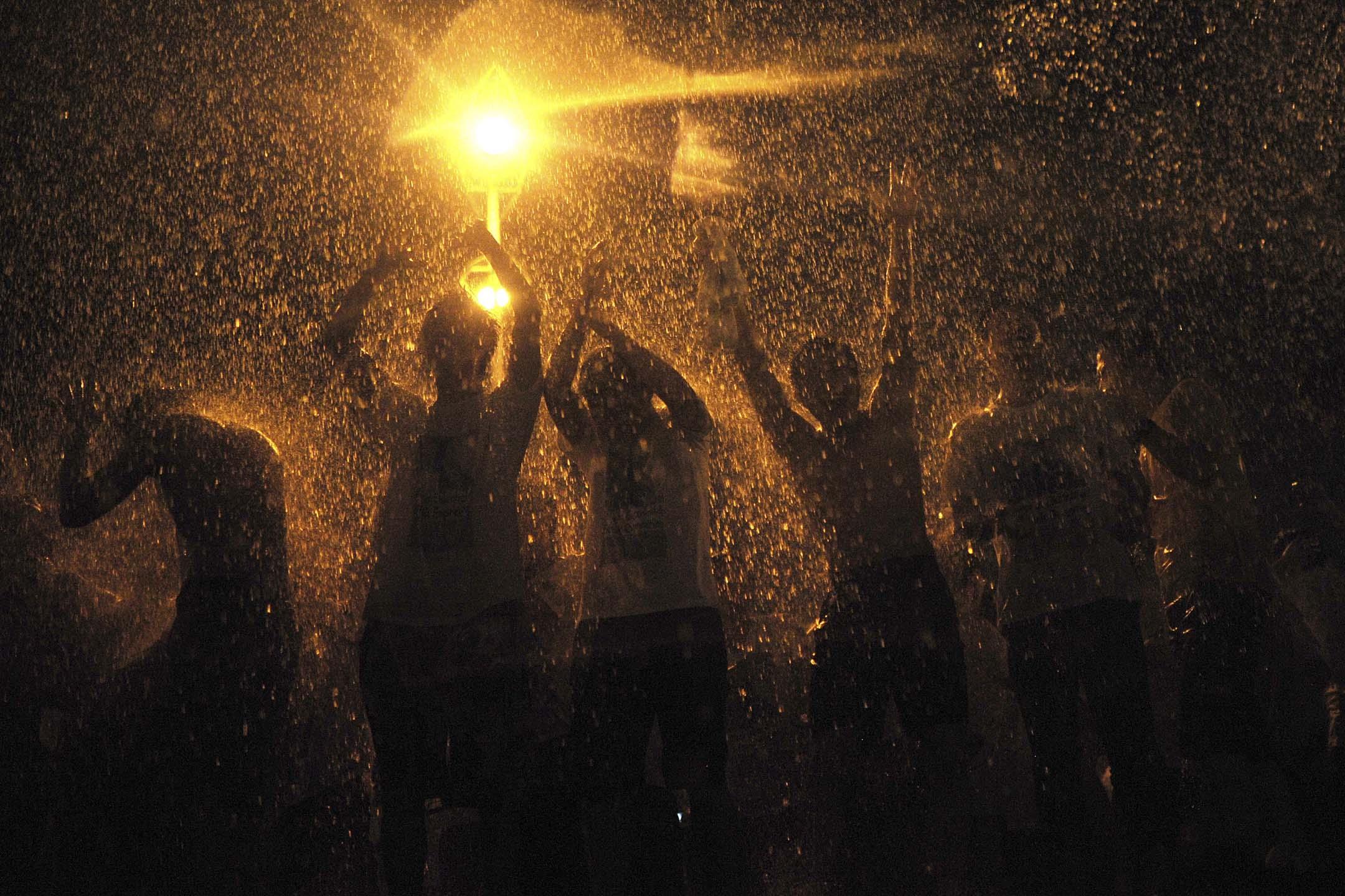 2013年6月18日湖北武漢市的大學,研究生在畢業典禮後灑水慶祝。 圖:Stringer/Reuters/達志影像