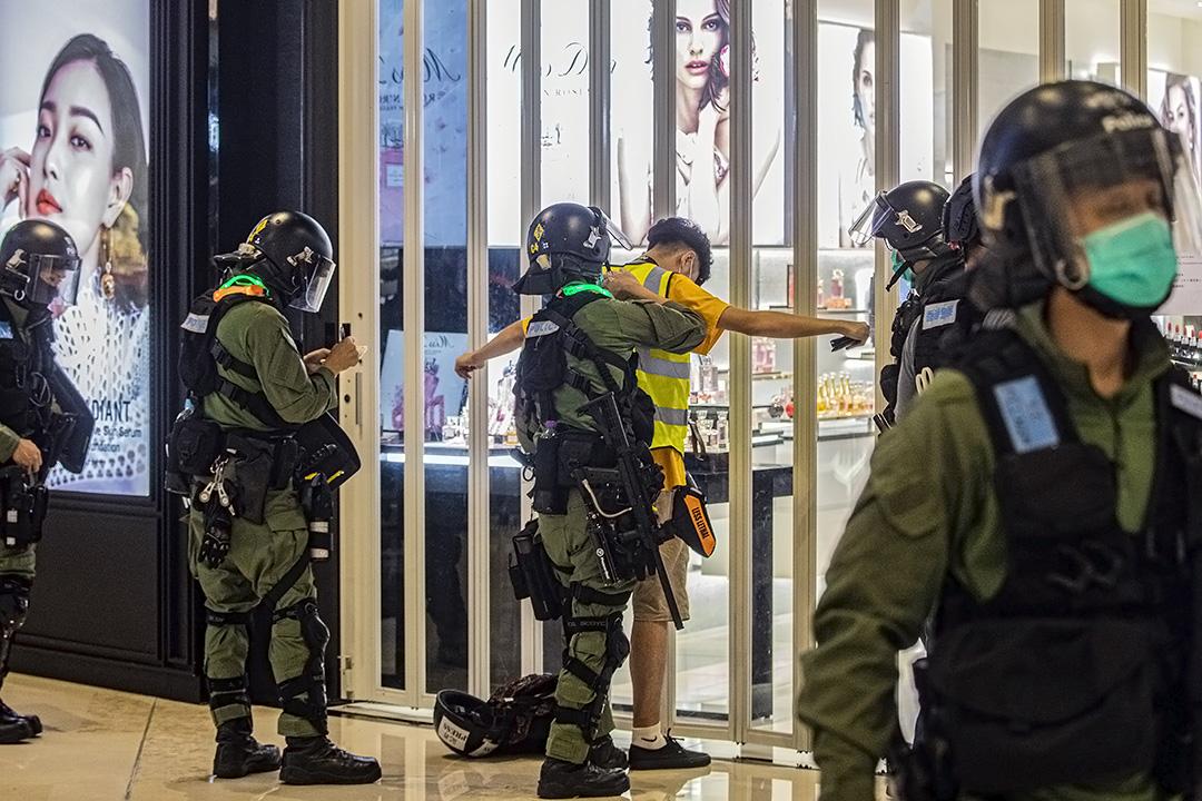 2020年7月21日元朗,警方在721一周年期間截查一名穿著黃色反光衣的記者。 攝:陳焯煇/端傳媒