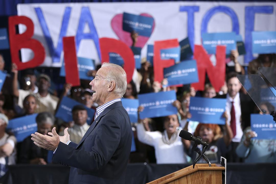 2012年9月25日,美國副總統拜登在當年的弗吉尼亞州的一個美國大選晚上中登台。