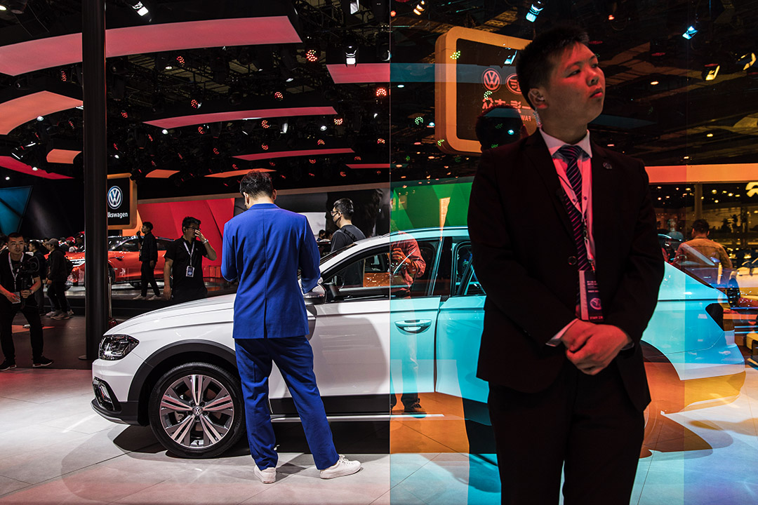 2019年4月18日中國上海,與會者於2019年上海車展站在大眾汽車公司的攤位上。
