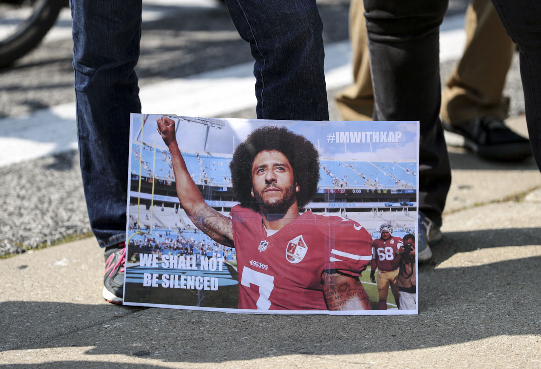 2017年9月10日,芝加哥士兵場體育場外,有市民聲援NFL前舊金山淘金者隊四分衞球星 Colin Kaepernick 。
