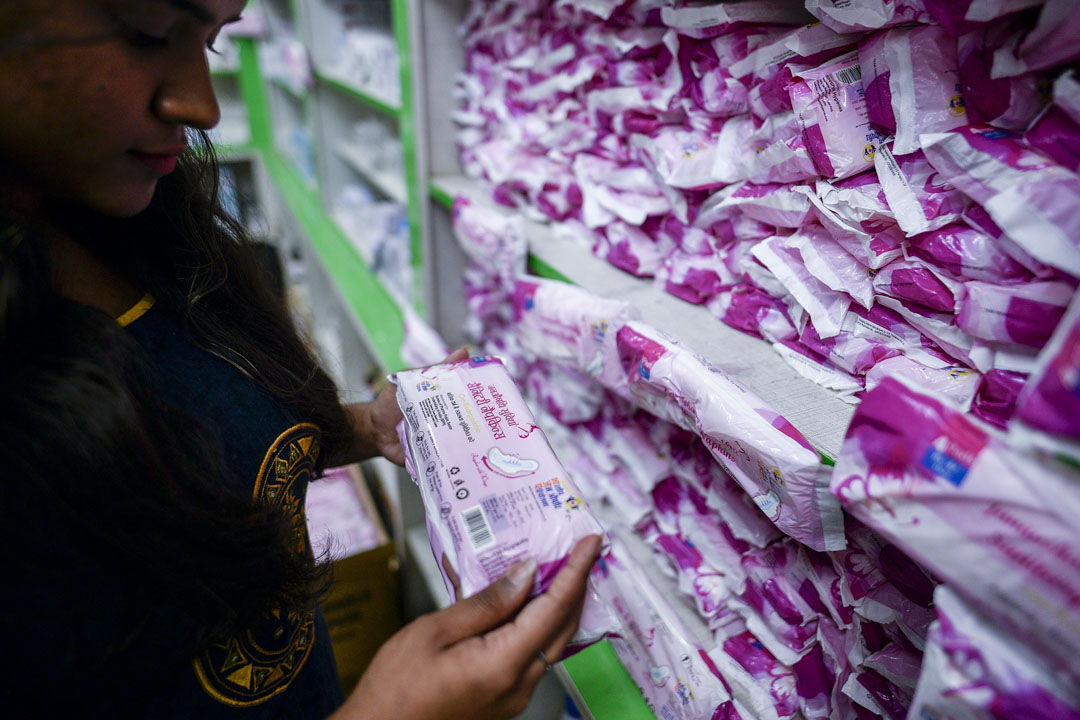 2019年8月27日,印度新德里一名女士正在購買衞生巾。
