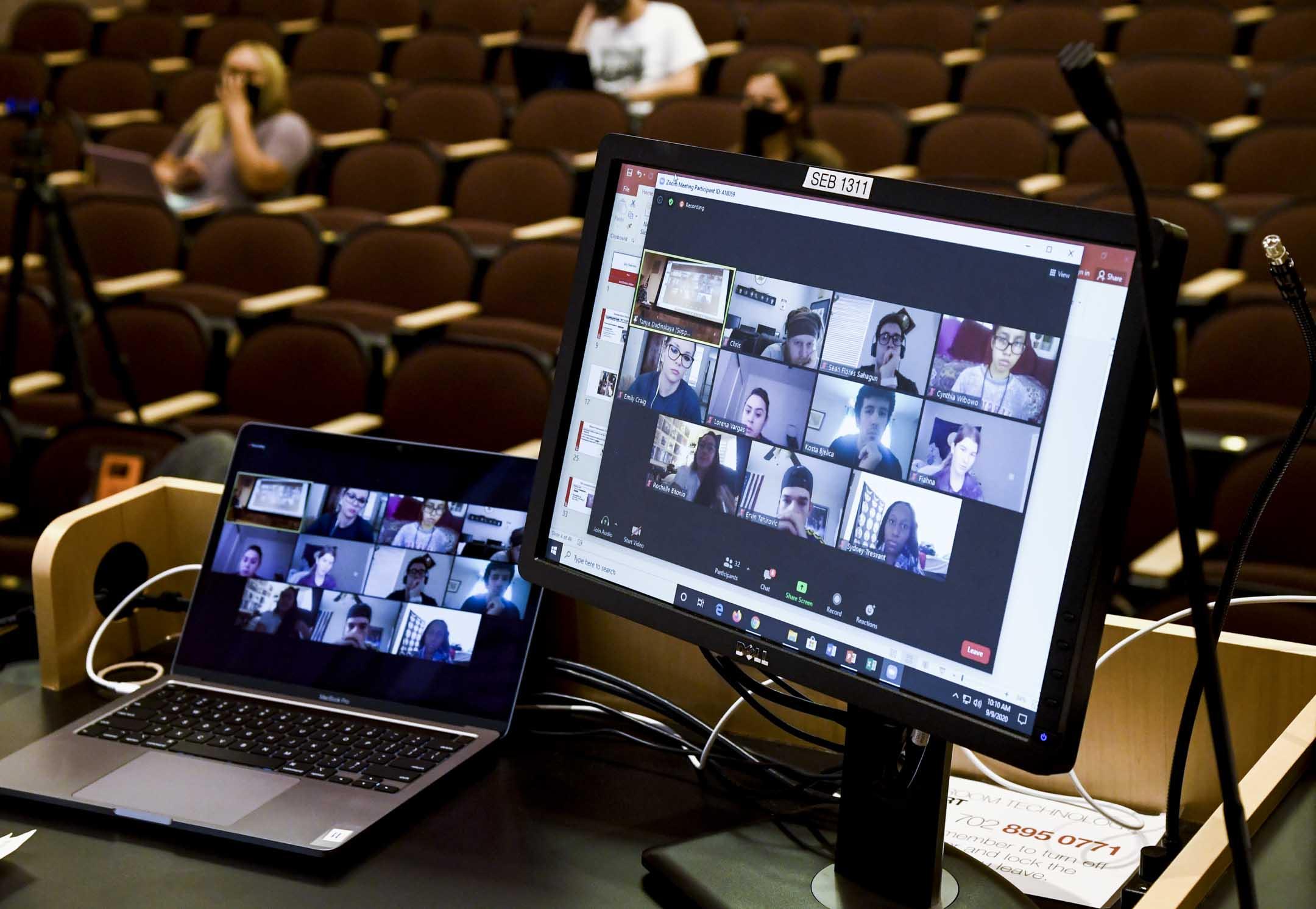 2020年9月9日,美國內華達州大學拉斯維加斯分校,一名講師正在網上授課。 攝:Ethan Miller/Getty Images