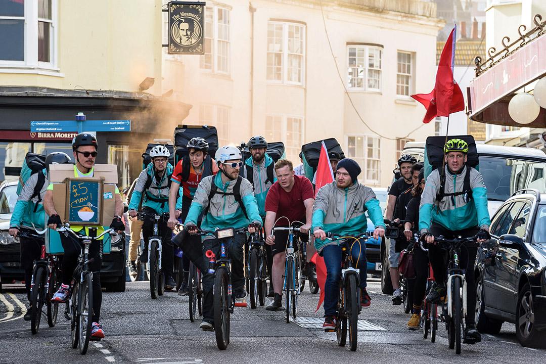 2017年4月01日英國布賴頓,騎自行車的Deliveroo車手為工資在而遊行抗議。