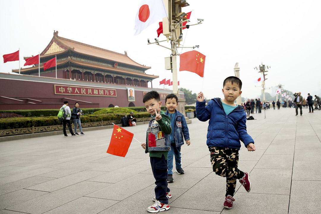 2018年10月25日,小男孩在北京天安門前揮舞著中國國旗,期間日本首相安倍晉三應中國總理李克強的邀請於10月25日至27日對中國進行訪問。