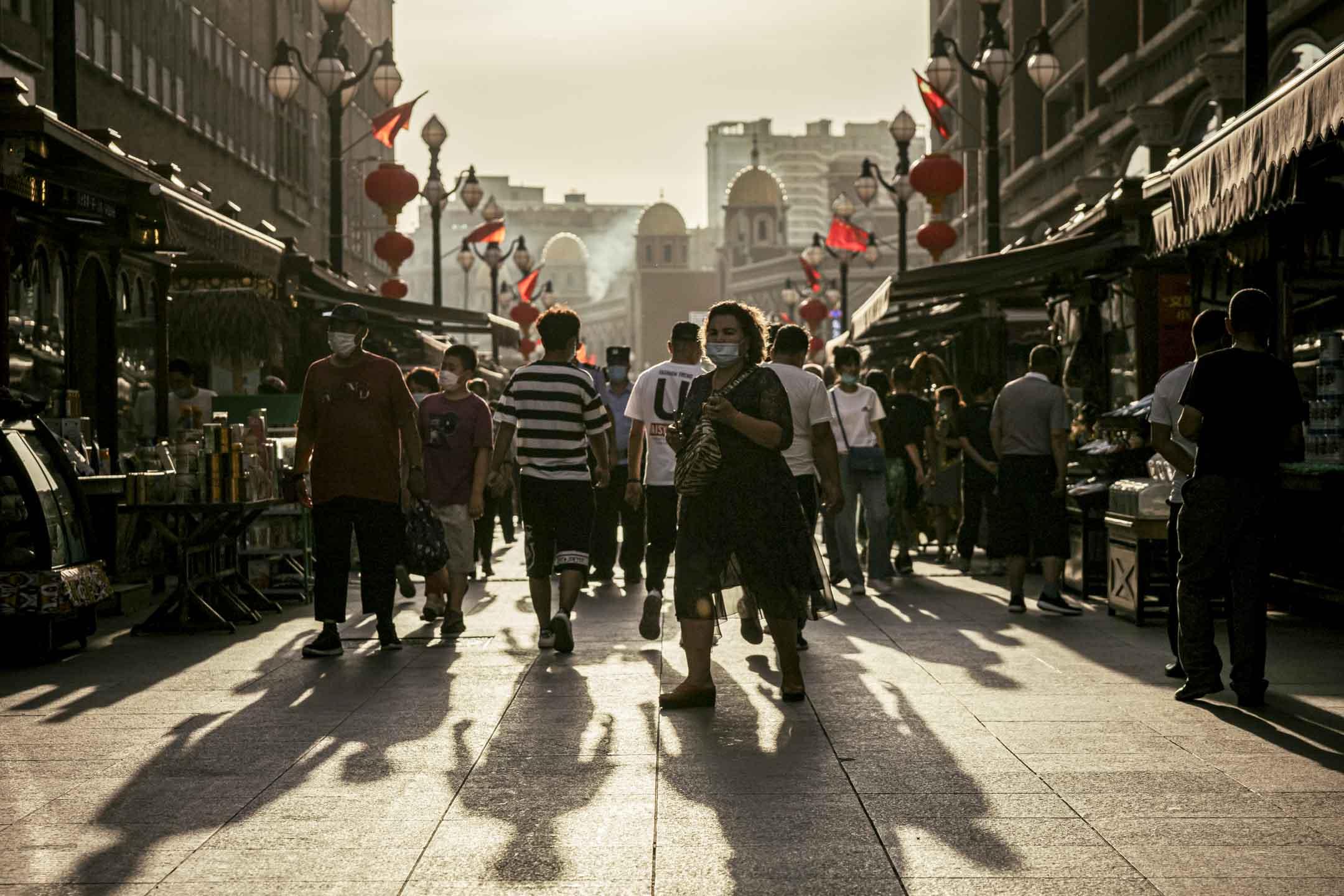 2020年6月25日,烏魯木齊的新疆國際大市場,人們戴上口罩在街上行走。 攝:David Liu/Getty Images