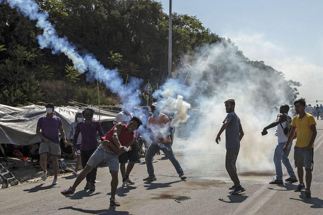 2020年9月12日,莫里亞難民營的難民擲回防暴警察發射的催淚彈。
