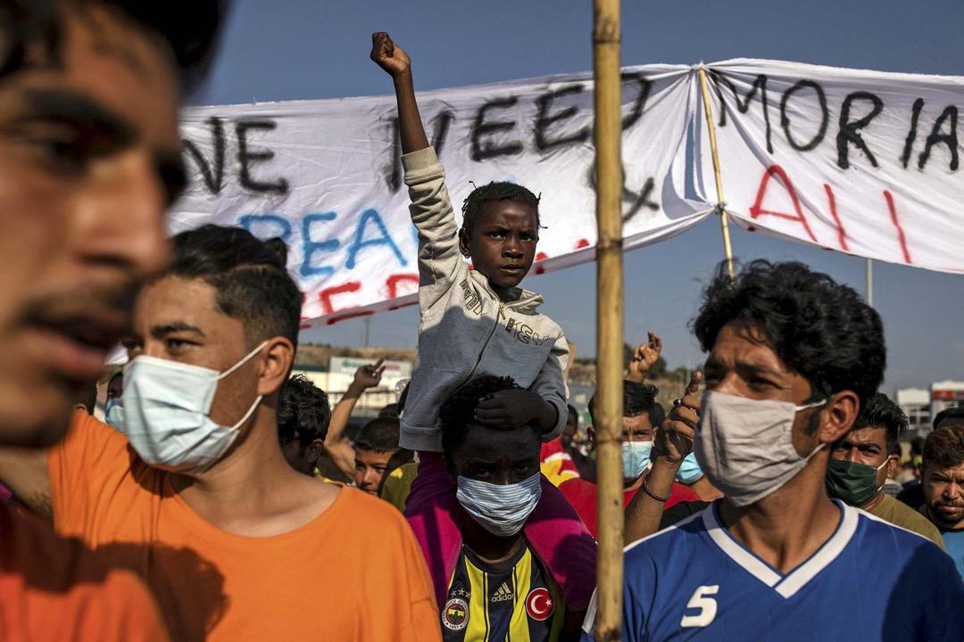 2020年9月12日,希臘萊斯沃斯島、莫里亞難民營大火後,當局宣布將在島上設置臨時難民營,隨即引發示威。