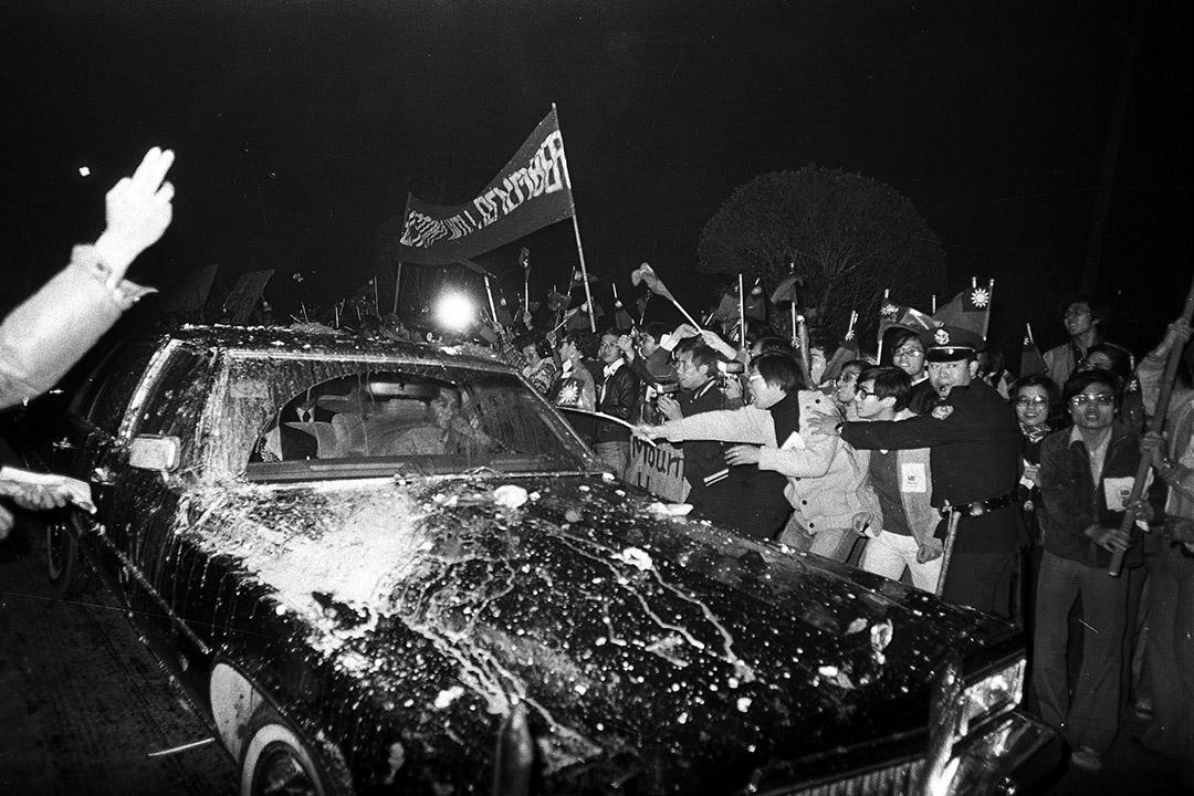 1978年12月28日,台北,美國代表團成員從華盛頓抵達台北,憤怒的台灣示威者投擲雞蛋和西紅柿(番茄),潑紅漆及拍打黑色的轎車。 圖:AP/達志影像