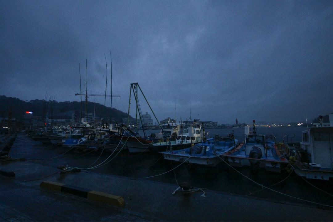 2020年9月2日,南韓釜山附近港口疏散漁船。 攝:Seung-il Ryu/Getty Images