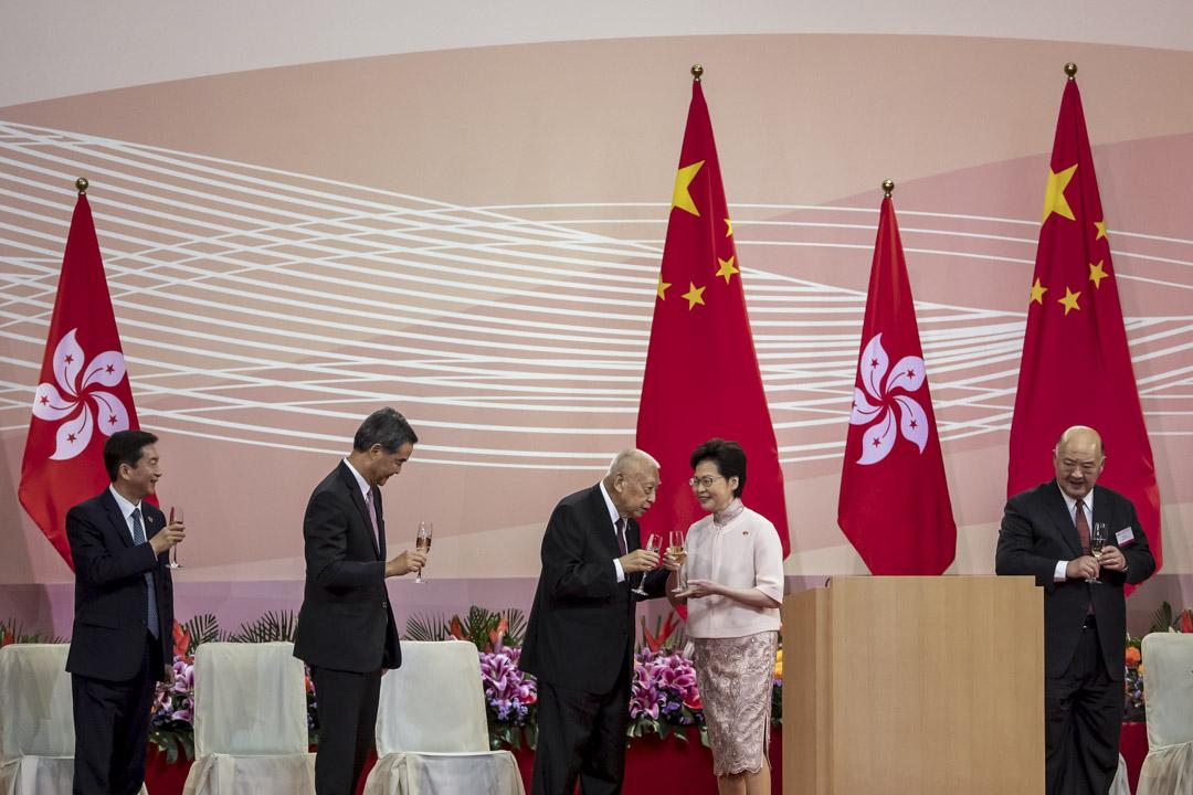 2020年7月1日,慶祝香港回歸23週年的酒會上,林鄭月娥與其他嘉賓敬酒。 包括中聯辦主任駱惠寧、前特首梁振英、前特首董建華及終審法院首席法官馬道立。