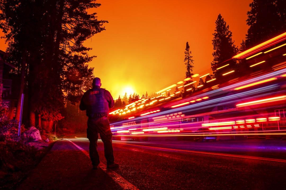 2020年9月6日,一位警長在加州的馬路上。