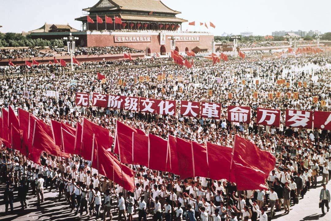 六十年代末,中國文化大革命期間,天安門外舉行了大規模遊行慶祝10月1日中國國慶。