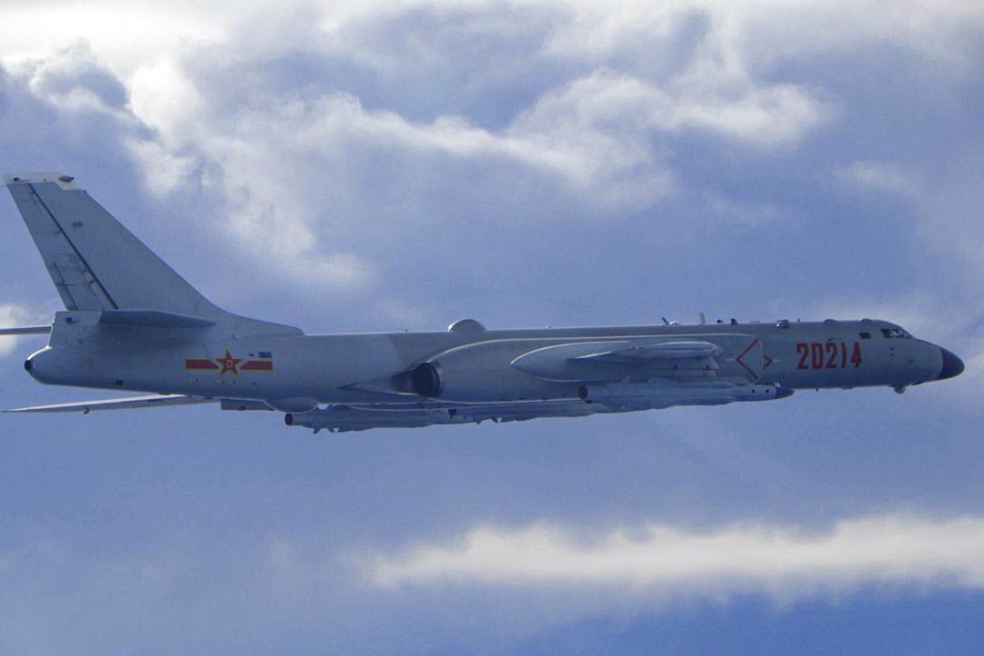 2020年9月18日,台灣國防部發布的照片,一架飛近台灣防空識別區的中國解放軍轟-6戰機。