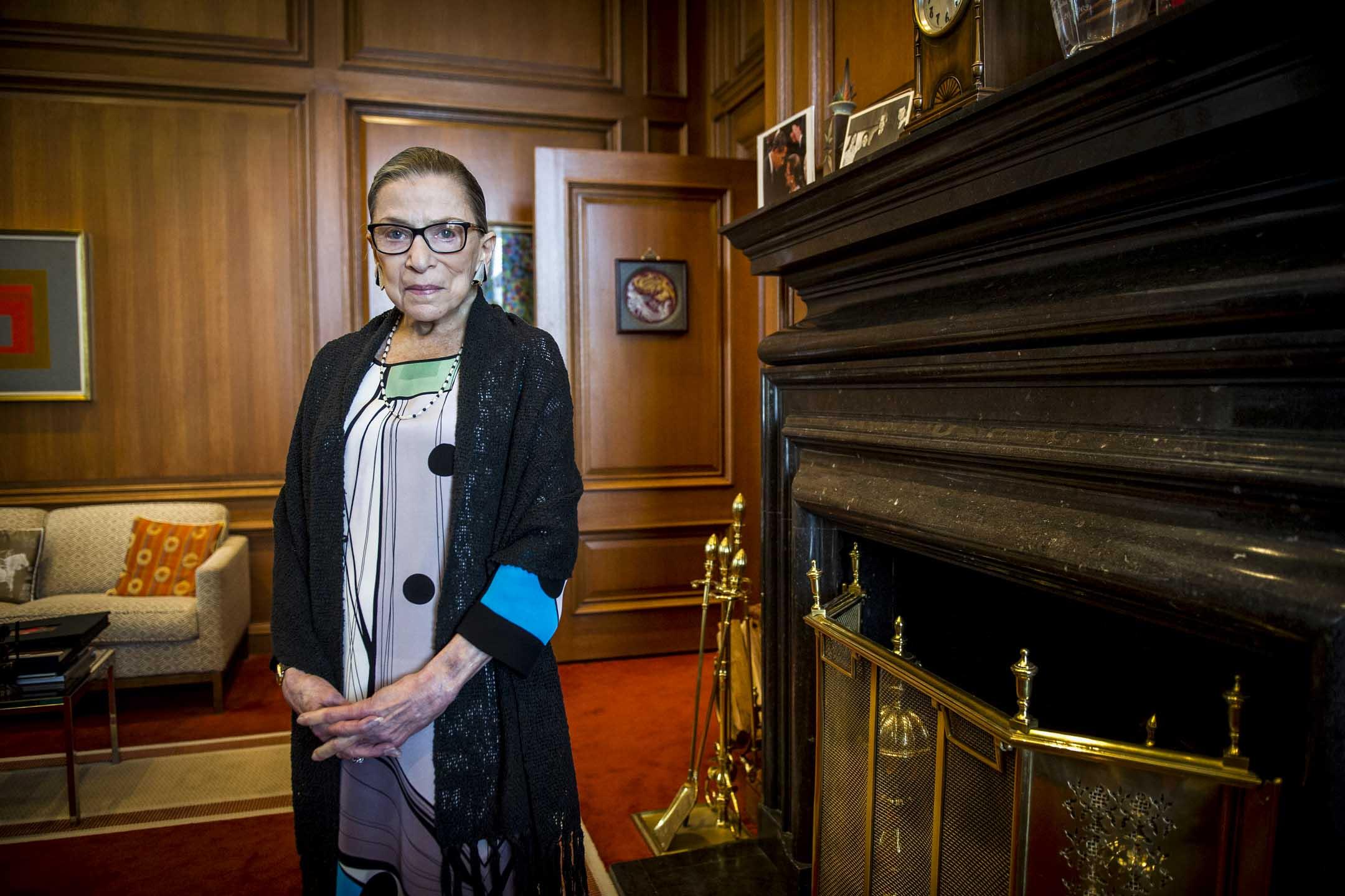 美國最高法院大法官金斯堡(Ruth Bader Ginsburg)於本月18日因胰臟癌併發症病逝,享年87歲。圖為金斯堡拍攝於2014年7月31日。 攝:Cliff Owen/AP/達志影像