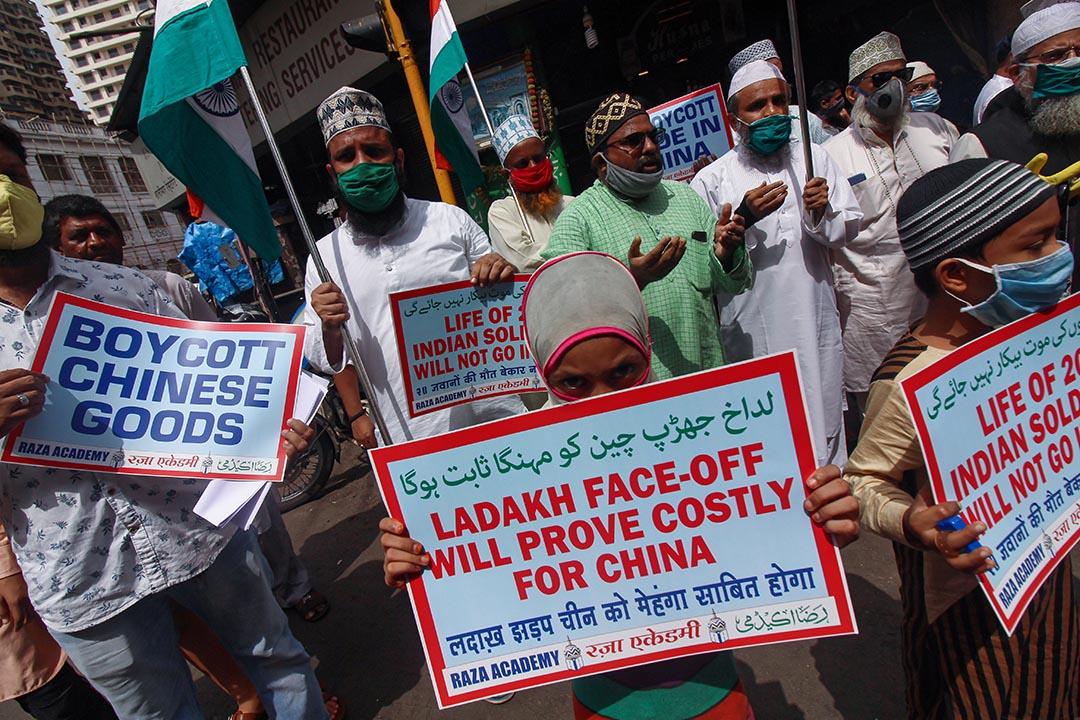 2020年6月20日印度孟買,一次抗議活動中示威者高舉標語牌,喊着反對中國的口號。