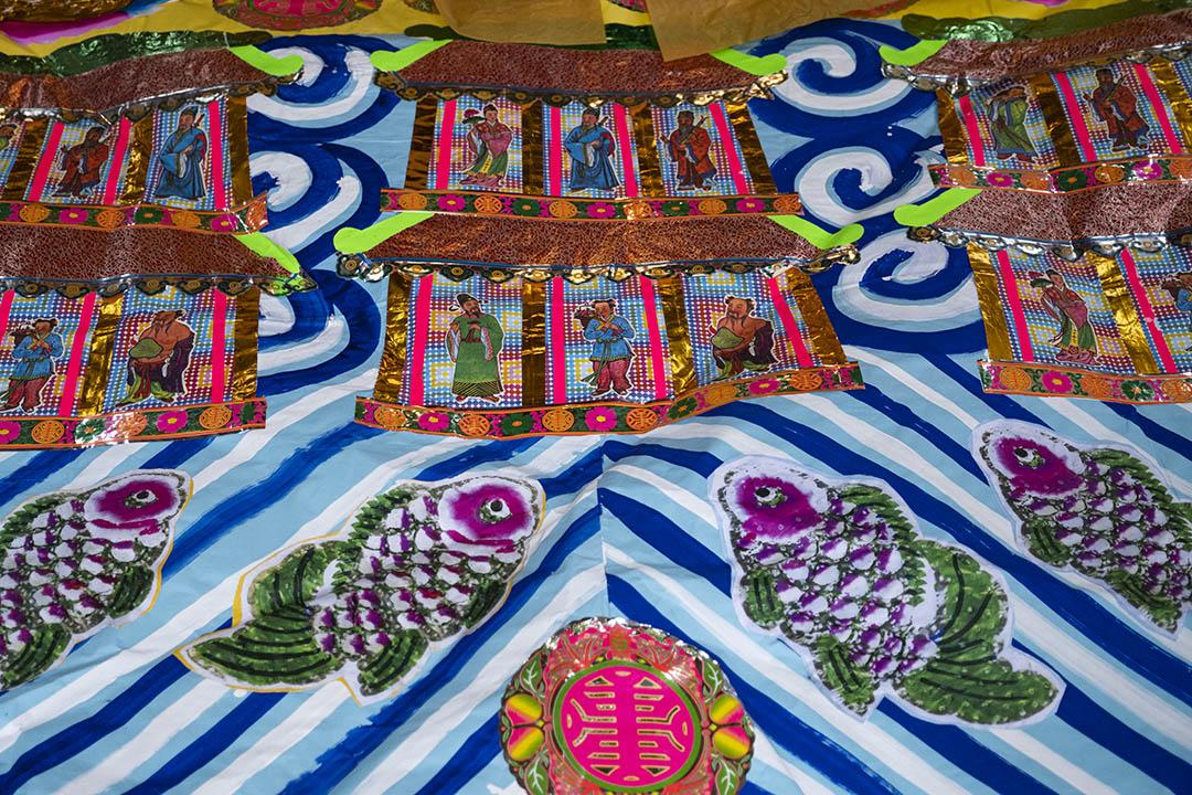 翁師傅為一間廟宇製作及運送紙紥拜品。