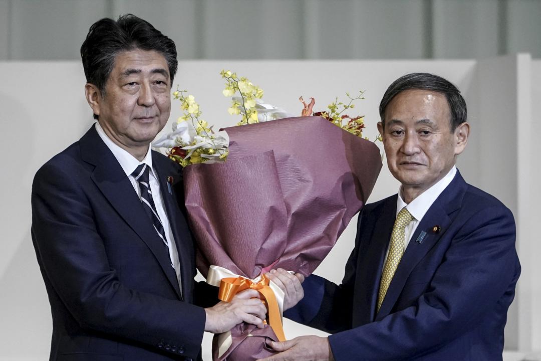 2020年9月14日日本東京,日本首相安倍晉三向日本新任首相菅義偉獻花。
